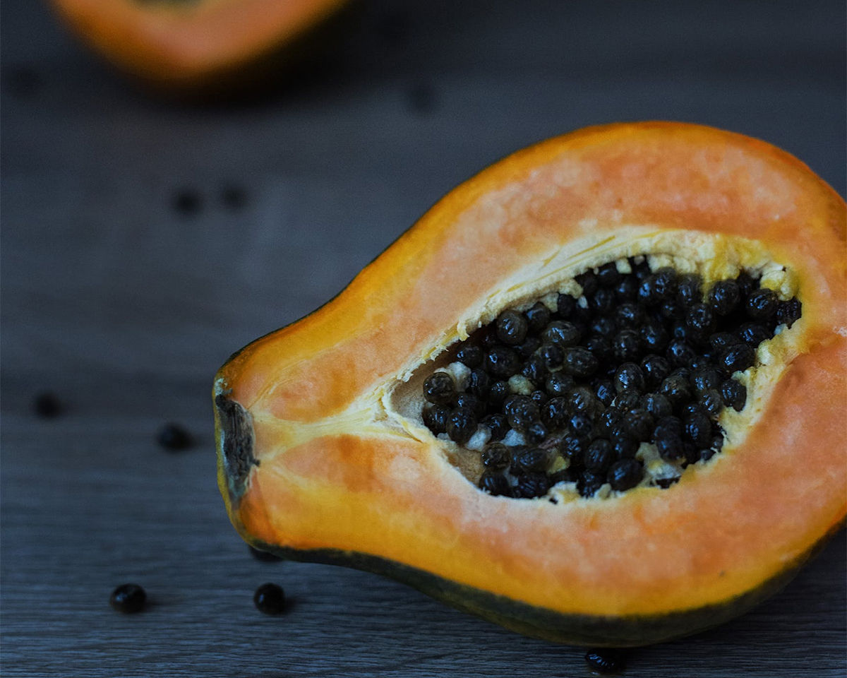 Papaya, cut it in two on a table